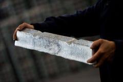 La pila de lingotes de aluminio crudos en aluminio perfila la fábrica fotografía de archivo
