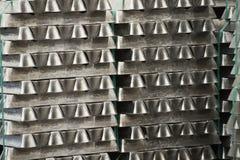 La pila de lingotes de aluminio crudos en aluminio perfila la fábrica imágenes de archivo libres de regalías