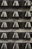 La pila de lingotes de aluminio crudos en aluminio perfila la fábrica foto de archivo