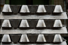 La pila de lingotes de aluminio crudos en aluminio perfila la fábrica fotos de archivo
