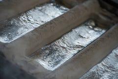 La pila de lingotes de aluminio crudos en aluminio perfila la fábrica Imagenes de archivo