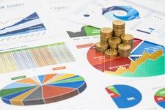 La pila de monedas del dinero se coloca en la publicación anual financiera Imagenes de archivo