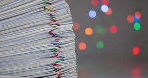 La pila de papeleo tiene bokeh colorido como lapso de tiempo del fondo almacen de metraje de vídeo