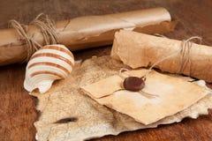 La pila de papeles antiguos viejos y el tesoro trazan Fotografía de archivo