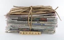 La pila de periódicos atados con Guita-recicla Fotos de archivo libres de regalías