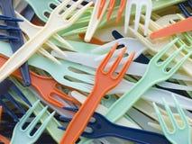 La pila de plástico coloreado quita forkes Imágenes de archivo libres de regalías