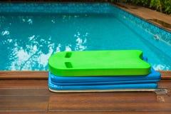 La pila de tablero colorido de la espuma de la natación puso el borde de la piscina para los niños foto de archivo libre de regalías