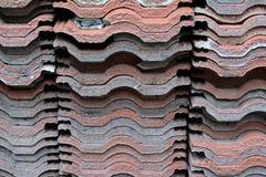 La pila de teja vieja para el tejado imagenes de archivo