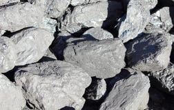 La pila de terrones grandes y negros del carbón se preparó para el invierno Fotografía de archivo