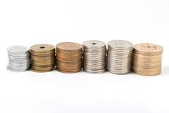 La pila de toda acuña el dinero japonés en el fondo blanco foto de archivo libre de regalías