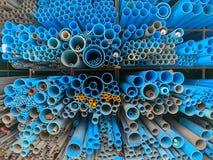 La pila de tubos en tienda de la construcción imágenes de archivo libres de regalías