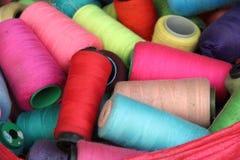 Conos coloridos del hilado Fotos de archivo