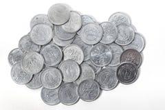 La pila de 1 yen acuña el dinero japonés en el fondo blanco imagenes de archivo
