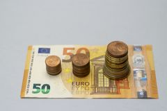 La pila del dinero intensifica el dinero creciente del ahorro del crecimiento, inversi?n empresarial financiera del concepto fotografía de archivo