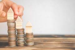La pila del dinero intensifica el dinero de ahorro creciente del crecimiento con los símbolos de la estrategia empresarial, ideas imagenes de archivo