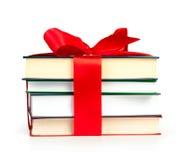 La pila del libro con la cinta tiene gusto de un regalo Fotografía de archivo libre de regalías