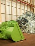La pila del pedazo de metal y el dormilón grande adentro reciclan la fábrica, Tailandia imagen de archivo