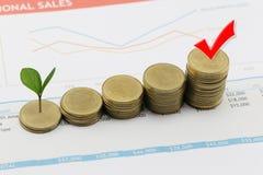 la pila della moneta d'argento di grafico commerciale ed ha cima d'albero nell'affare immagine stock libera da diritti