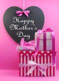 La pila di bello rosa presenta con buona Festa della Mamma il messaggio Immagini Stock Libere da Diritti