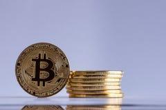 La pila di Bitcoin ha isolato su un fondo bianco Fotografia Stock Libera da Diritti