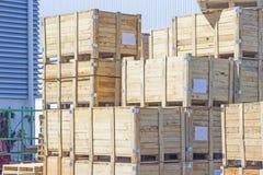 La pila di casse di legno accanto alla fabbrica Fotografia Stock