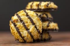 La pila di cioccolato fresco ha immerso i maccheroni di noce di cocco Fotografia Stock