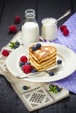 La pila di cuore ha modellato i pancake con le bacche fresche Fotografia Stock Libera da Diritti