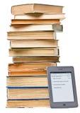 La pila di libri vicino a accende il tocco EReader Immagine Stock