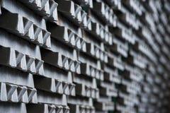 La pila di lingotti di alluminio crudi in alluminio profila la fabbrica Immagine Stock Libera da Diritti