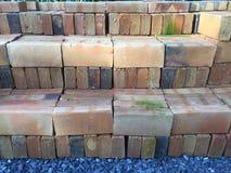 La pila di mattone marrone per mette sul fondo del pavimento Immagine Stock Libera da Diritti