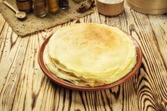 La pila di pancake, i pancake di una pianura, prima colazione, fa un spuntino Pancake D Immagini Stock