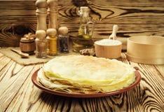 La pila di pancake, i pancake di una pianura, prima colazione, fa un spuntino Pancake D Fotografie Stock