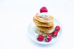 La pila di pancake sui lamponi del piatto e si inacidisce Immagini Stock Libere da Diritti