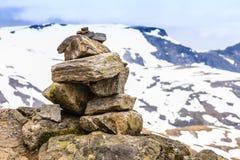 La pila di pietra e la montagna nevosa completa, Dalsnibba Norvegia Immagini Stock