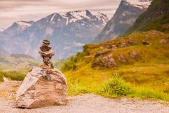 La pila di pietra e la montagna nevosa completa, la Norvegia Fotografia Stock