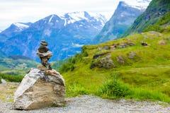 La pila di pietra e la montagna nevosa completa, la Norvegia Immagini Stock
