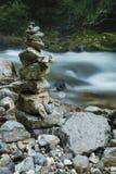 La pila di pietra nella gola di Vintgar e nel fiume di Radovna vicino ha sanguinato, Sloven Fotografie Stock