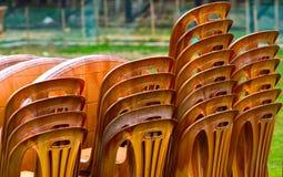 La pila di sedie sceglie colorato con la foto dello sfondo naturale Fotografie Stock Libere da Diritti