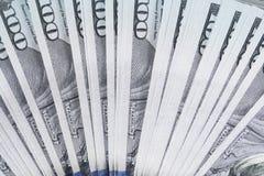La pila di soldi nei dollari americani dentro incassa cento banconote in dollari Fotografie Stock