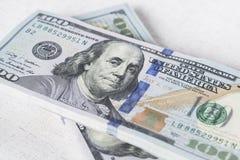 La pila di soldi nei dollari americani dentro incassa cento banconote in dollari Immagini Stock