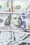 La pila di soldi nei dollari americani dentro incassa cento banconote in dollari Fotografie Stock Libere da Diritti