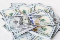 La pila di soldi nei dollari americani dentro incassa cento banconote in dollari Immagine Stock