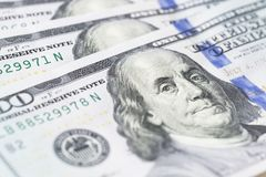 La pila di soldi nei dollari americani dentro incassa cento banconote in dollari Immagine Stock Libera da Diritti