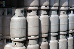 La pila di vecchi contenitori del gas, pallone del cilindro del carro armato di gas ricicla immagine stock libera da diritti