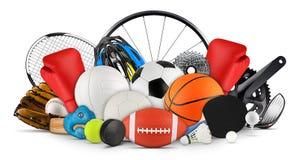 La pila enorme della raccolta di palle di sport innesta l'attrezzatura dai vari sport ha isolato il fondo bianco fotografia stock