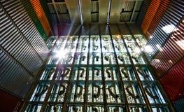 La pila muy alta de contenedores cargó a bordo del portacontenedores  Foto de archivo libre de regalías