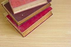 La pila superiore del colpo di vecchio libro impagina la struttura Fotografia Stock