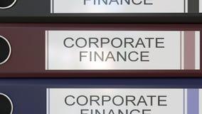 La pila vertical de carpetas multicoloras de la oficina con finanzas corporativas marca la representación con etiqueta 3D Fotografía de archivo