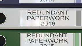 La pila verticale di raccoglitori multicolori dell'ufficio con lavoro di ufficio ridondante etichetta gli anni differenti illustrazione vettoriale