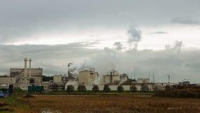 La pila y los tubos de humo de la fábrica soplan en el aire almacen de video